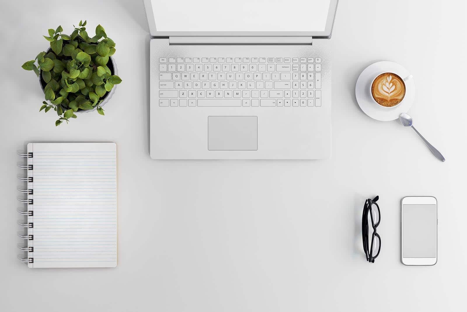 Laptop fehér asztalon