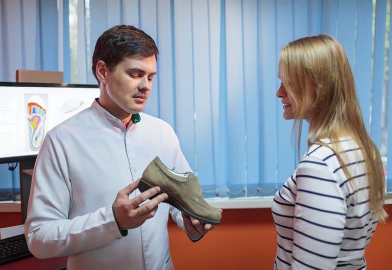 GYSE gyártó cipőt mutat a páciensnek