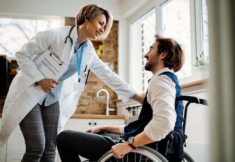 Doktornő beszélget a kerekesszékes férfivel